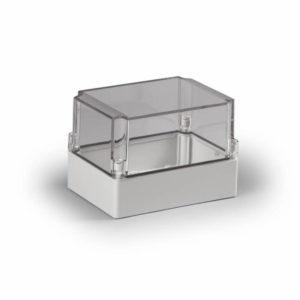 Ensto Cubo S kapsling i glassfiberarmert polykarbonat med glatte sider. Størrelse 125x175x125mm. Transparent deksel. Beskyttelsesgrad IP66. Slagfasthet IK08.