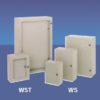 Veggskap i lakkert stål (RAL7035). 1000x1000x300. Dobbel dør. IP66. Med tett flens og montasjeplate i galvanisert stål. Welldone WD-serien.