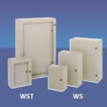Veggskap i lakkert stål (RAL7035). 400x300x150. Enkel dør. IP66. Tett flens og montasjeplate i galvanisert stål. Welldone.