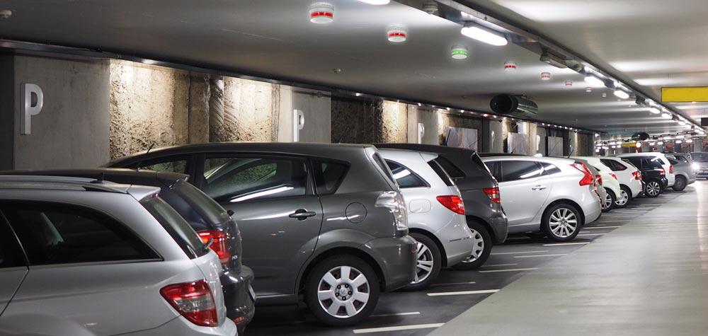 Biler i et parkeringshus med parkeringsautomatikk