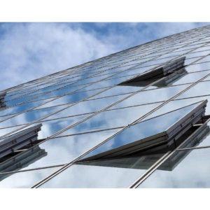 Høy bygning med noen åpne vinduer